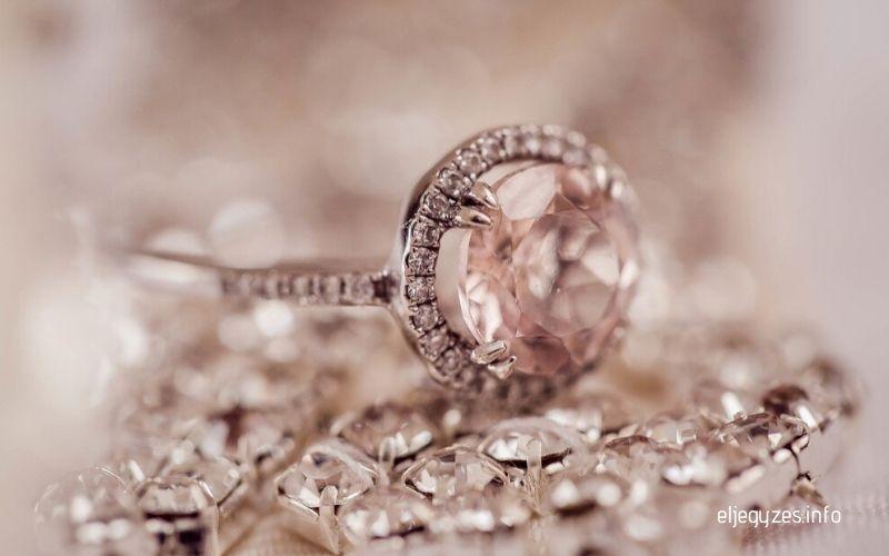 Eljegyzési gyűrű gyémánt drágakővel